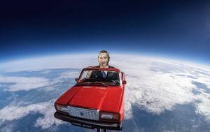 Ruski crveni automobil u svemiru