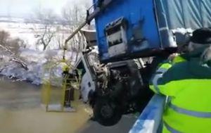 Spašavanje vozača iznad Morave (Printscreen Alo.rs)