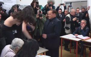 Djevojka golih grudi skočila ispred Silvija Berlusconija (Screenshot Reuters)