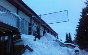Pod težinom snijega urušila se terasa sprotske dvorane u Delnicama (Foto: Dnevnik.hr)