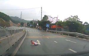 Vozač u posljednji tren primijetio bebu kako puže po autocesti (Screenshot YouTube)