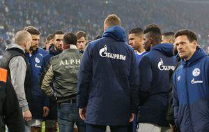 Navijači Schalkea u razgovoru s igračima (Foto: Firo/DPA/PIXSELL)