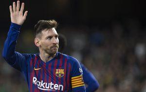 Lionel Messi pozdravlja navijače Betisa (Foto: AFP)