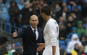 Zinedine Zidane i Raphael Varane (Foto: AFP)