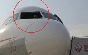 Kaos na 9000 metara: Puklo vjetrobransko staklo, kopilot umalo izletio iz aviona (Screenshot Chengdu Bussines Daily)