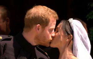 Poljubac princa Harryja i Meghan (Screenshot: Nova TV)