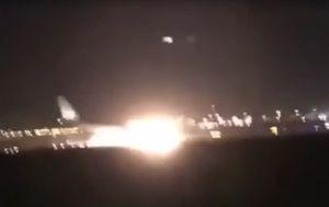 Avion prepun putnika zbog kvara hitno sletio na nos, plamen osvijetlio cijelu pistu (Screenshot YouTube)