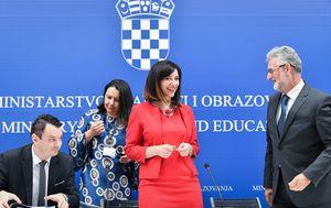 Potpisivanje ugovora u ministarstvu (Foto: Sandra Simunovic/PIXSELL)