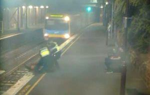 Spašavanje žena s tračnica (Foto: screenshot/Reuters) - 1