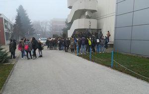 Učenici pred čakovečkom Graditeljskom školom (Foto: čitatelj)