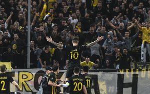 Marko Livaja slavi s navijačima (Foto: AFP)