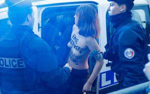 Žena golih grudi s natpisom Femen istrčala pred kolonu Donalda Trumpa (Foto: AFP) - 7