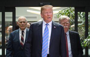 John Kelly, Donald Trump i John Bolton (Foto: LEON NEAL / GETTY IMAGES NORTH AMERICA / AFP)