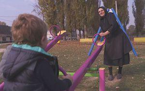 Baka Marija iz slavonskog sela Sikirevci čuva unuka (Foto: Dnevnik.hr)