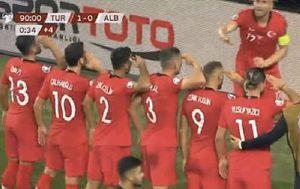 Proslava gola turskih nogometaša (Screenshot Twitter)