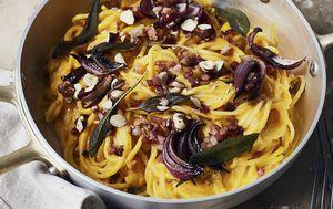 Ilustracija tjestenina s karameliziranim lukom