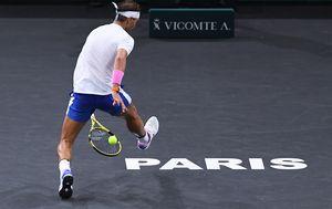 Rafa Nadal igra kroz noge (Foto: AFP)