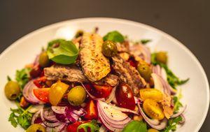 Master jela u 15 min: Mediteranska salata sa slanutkom i skušom - 1