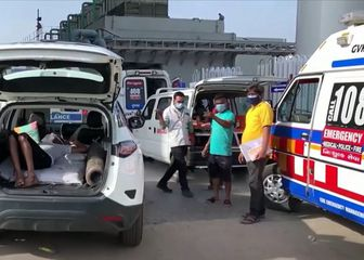 Pacijent na kisiku u automobilu u Indiji