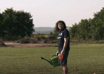 Veldin Karić zalijeva travnjak (Screenshot)