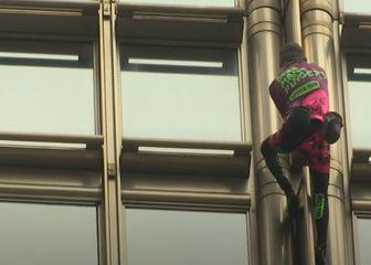 Alain Robert popeo se na neboder u Hong Kongu (Video: AP)