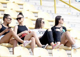 Navijačice na tribinama stadiona u Zaprešiću (Foto: Josip Regović/PIXSELL)
