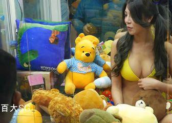 O aparatima s golišavim djevojkama se pročulo diljem svijeta (FOTO: YouTube/Screenshot)