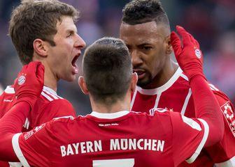 Thomas Müller slavi gol sa suigračima (Foto: AFP)