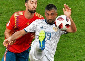 Aleksander Samedov u borbi za loptu (Foto: AFP)