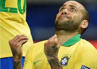 Dani Alves moli za promašaj Messija (Foto: AFP)