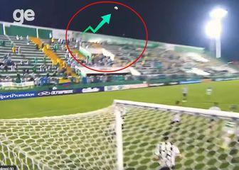 Čudan let lopte na utakmici Chapecoensea (Screenshot)