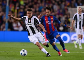 Dybala i Neymar u duelu za loptu (Foto: AFP)