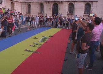 Prosvjed u Rumunjskoj, polaganje cvijeća na zastavu (Foto: Dnevnik.hr)