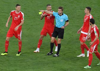 Felix Brych okružen srpskim nogometašima (Foto: AFP)