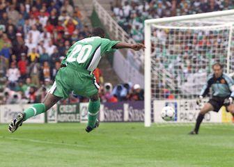 Victor Ikpeba puca prema golu Andonija Zubizarrete na utakmici Nigerija - Španjolska na SP-u 1998. (Foto: AFP)