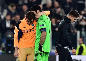 Casillas i Buffon u zagrljaju (Foto: AFP)