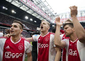 Donny van de Beek s Tadićem i Huntelaarom (Foto: AFP)