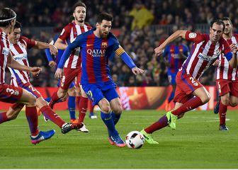 Lionel Messi okružen igračima Atletica (Foto: AFP)