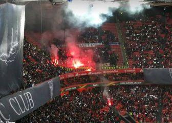 Navijači Marseillea s gornje tribine bakljama gađaju domaće navijače (Screenshot)