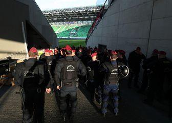 Policija ispred stadiona Groupama Arena (Foto: Sanjin Strukić/PIXSELL)