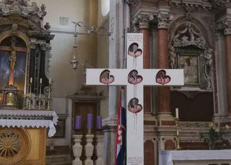 Križ s fetusima koji krvare u župi Našašća u Vodicama (Foto: Dnevnik.hr)