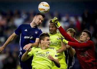 Antonio Milić u skoku s igračima Dinama (Foto: AFP)