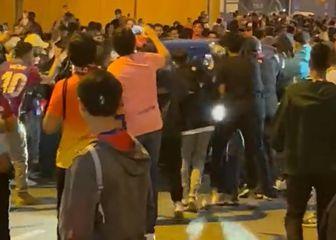 Ronalda Koemana okružili navijači na izlasku s Camp Noua