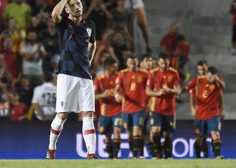 Ivan Rakitić drži se za glavu nakon gola od Španjolske (Foto: AFP)