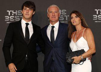 Didier Deschamps sa sinom i suprugom (Foto: AFP)