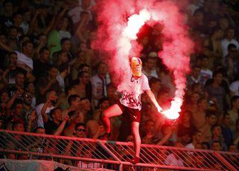 Navijač Hajduka na sjevernoj tribini Poljuda s natpisom \'ubi Srbina\' (Foto: Milan Šabić/PIXSELL)