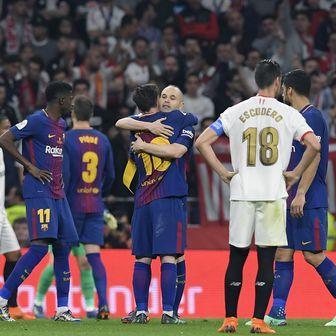 Lionel Messi i Andres Iniesta u zagrljaju (Foto: AFP)