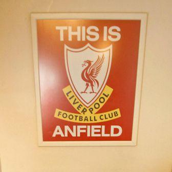 Tunel na Anfieldu i čuveni znak (Foto: AFP)