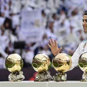 Ronaldo sa svojih pet Zlatnih lopti (Foto: AFP)