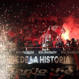 Igrači Rivera na autobusu ulaze na stadion (Foto: AFP)